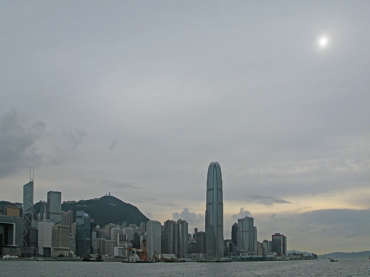 Πηγή: https://en.wikipedia.org/wiki/Altostratus_cloud#/media/File:Altostratus_clouds_over_Hong_Kong.JPG